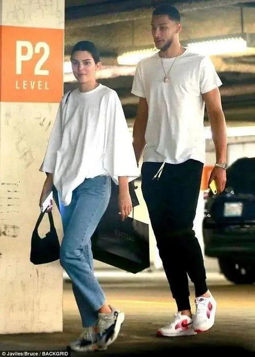 卡戴珊小妹与西蒙斯关系复合不受接吻事件影响两人一起购物