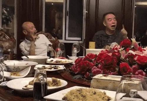 两位大佬同桌吃饭,陈凯歌饭饱后侃侃而谈,葛优再现葛优躺