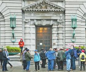 2017年2月7日,在美国旧金山市,民众在美国联邦第九巡回上诉法院所在大楼外示威,反对美国总统特朗普颁布的入境限制行政命令.()
