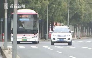 视频两天不见老人坐车公交司机找上门救其一命