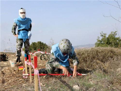 中国维和官兵扫雷作业手在位于黎巴嫩南部靠近以色列边境的蓝线附近作业(2017年11月8日摄).