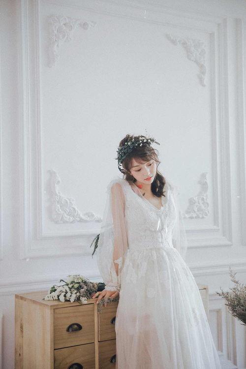 所以说不光是迪丽热巴婚纱造型非常好看,是所有女孩子穿上婚纱都会显得很美,当然了大家别来杠精狂魔那一套,非拿网红姐罗美凤来跟六六掰扯,如果那样的话,你不如