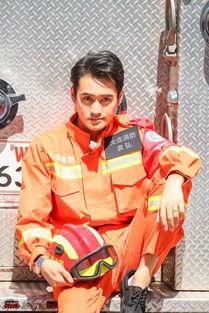 组图 袁弘重返部队 身着橘色消防制服冷峻帅气