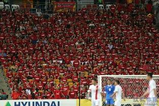 恒大组织万名球迷助威国足穿统一红色t桖图