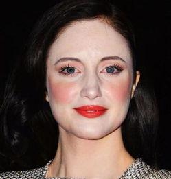 化妆前喷在脸上和脖子上的是什么原因