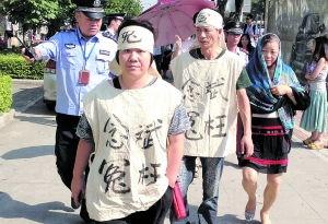 念斌的姐姐念建兰在法警的陪同下,准备进入法庭.