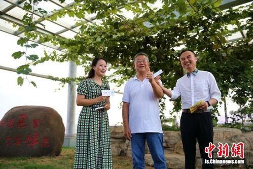 """时代楷模""""、全国道德模范赵亚夫参与葡萄直播带货。"""