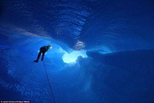 身处冰川内部的洞穴,探险者仿佛走进外星世界
