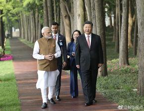 习近平同印度总理莫迪散步交谈