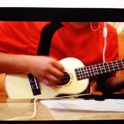 在楼梯间弹吉他唱歌的男孩