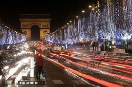 法国巴黎香榭丽舍大街被装饰的流光溢彩 窦娥也疯狂的时尚图片 YOKA时尚空间