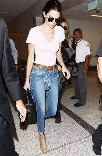 白tee+深色牛仔裤只需一件亮色风衣就能让简单的单品炫彩不少.