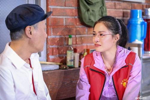 《扶贫路上》黄文秀与父亲黄忠杰交谈