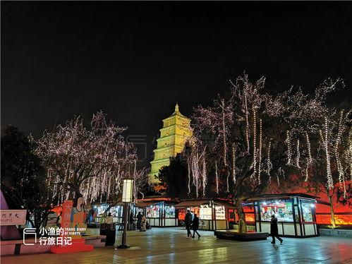 实拍西安网红大雁塔广场,灯光璀璨游客不多,广场舞大妈很抢镜