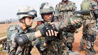 中印两方士兵交流手枪射击技巧.