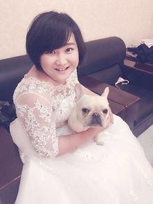 贾玲穿婚纱抱小狗
