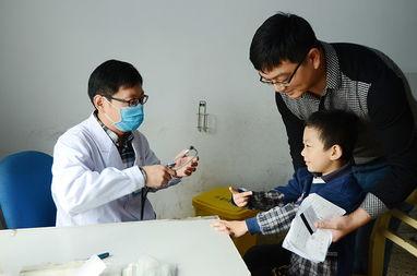 儿科医生正在为一位儿童患者问诊.(