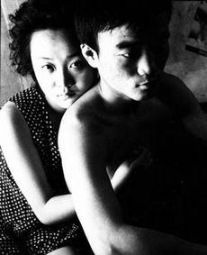 关于阿v的故事16岁的阿v来自贵州,和男友小吴离家出走后来到h省为了生计,小吴让阿v去做生意赵铁林给他们拍照时,小吴的表情总是不自然】