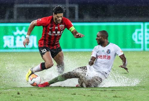 9月10日,上海上港队球员胡尔克(左)与青岛黄海青港队球员米纳拉在比赛中拼抢.