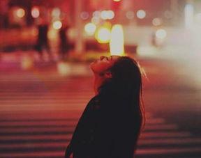 多愁善感,回忆过去开始多愁善感,开始回忆过去的快乐时光,想念以前的老朋友,想念那些无忧无虑的日子。
