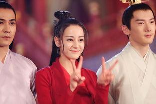组图 迪丽热巴穿红装比V卖萌 笑容甜美心情好