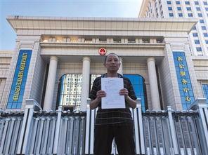 7月18日上午,李锦莲到江西省高级人民法院提交国家赔偿申请书.