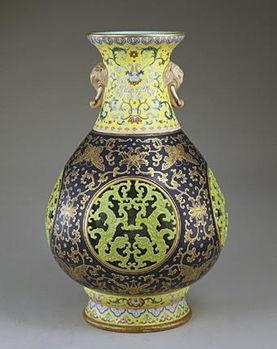 故宫博物院藏清代粉彩镂空蟠螭纹象耳转心瓶