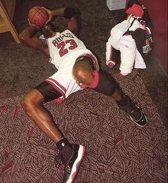 1996年乔丹重夺总冠军,那天刚好是父亲节,乔丹在更衣室里倒地痛哭