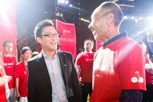拼多多创始人黄峥与攀枝花芒果果农李子伦在上海中心拼多多ipo敲钟现场交谈