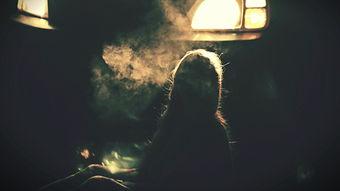 一个吸烟的女人
