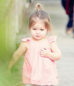 高清 贝克汉姆带女儿街头散步 七公主萌翻路人