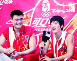 姚明和刘翔接受记者采访 图