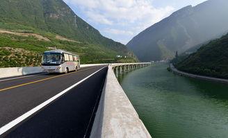 8月9日,最美水上公路通车,车辆在湖北省宜昌市兴山县古夫镇至昭君大桥的水上公路上行驶.