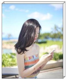 刘强东章泽天风波后首同框奶茶妹妹身穿碎花裙,尽显少女清新