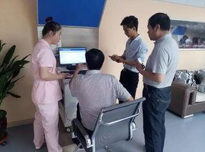 在华大健康小屋内,扫码后就接受血糖检测后69岁的刘锁兰奶奶一个劲的致谢.