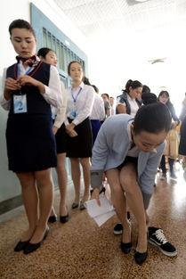 济南300少女应聘空姐 走廊里更衣换鞋