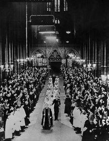 1947年11月20日,在英国伦敦威斯敏斯特教堂,伊丽莎白与菲利普举行婚礼。