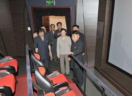 金正恩视察游乐场所 亲自观赏三维立体电影 高清组图