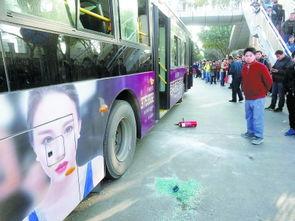 厦门一公交车起火造成数名乘客受伤一名犯罪嫌疑人被控制1月15日拍摄的福建厦门公交车起火现场。