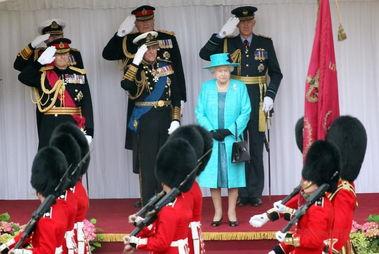 英国举行女王登基六十周年庆典阅兵转载
