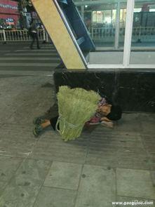 一老奶奶夜晚露宿玉溪街头,身上盖着没卖完的扫把实在太心酸