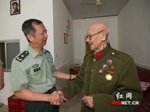 湖南省军区副司令员戴焕向老红军慰问中秋