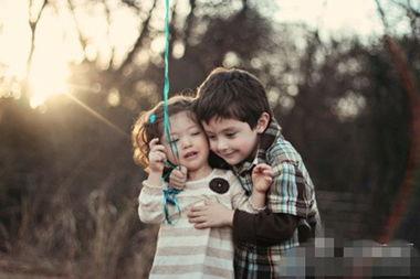 尽量单独批评当家里多了一个孩子后,大人注意批评大宝时,尽量不要在二宝面前,因为作为哥哥或姐姐,总以为自己比弟妹优秀,如果大人不注意,会让大宝觉得没面子,从而将怨恨转嫁给弟妹.