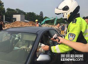 交警铁骑刘柳警官正在对深圳首个占用hov车道的司机进行处罚.