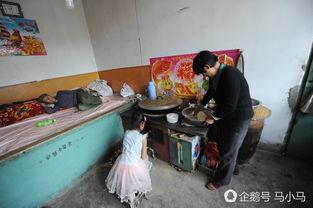 山西吕梁岚县岚城镇双井村一处破旧的小院就是张美艳家,3年前父母离异,妈妈远走内蒙,爸爸外出打工.