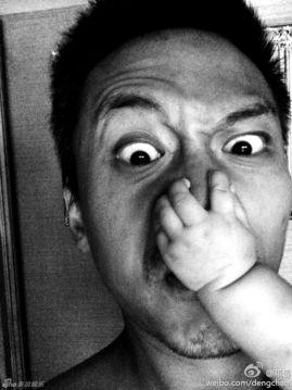 邓超被女儿狂抓脸 表情狰狞极尽搞怪 组图