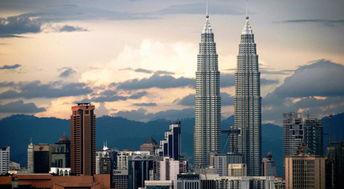 吉隆坡第一地标建筑双子塔,站在这里,可以俯瞰马来西亚最繁华的景象!