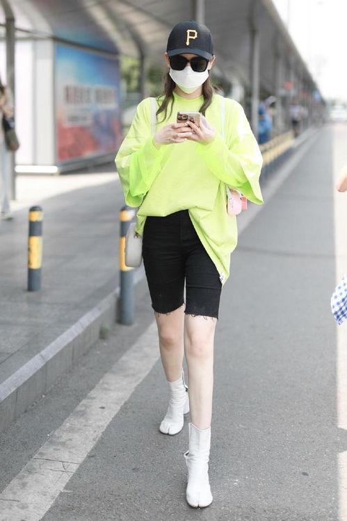 组图戚薇穿荧光绿卫衣搭健美裤秀漫画腿踩高跟靴气场十足