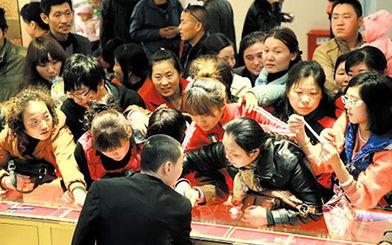 中国大妈扫黄金(资料图)