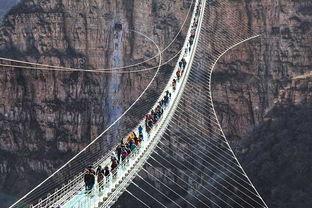 昨天,位于河北省平山县红崖谷景区的悬跨式玻璃桥正式开放.